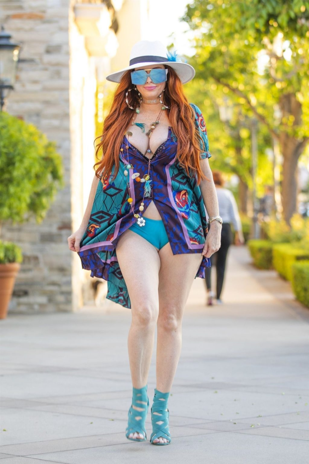 Phoebe Price Sexy Cleavage Pictures