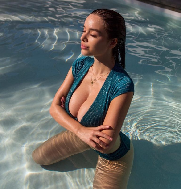 Sophie Mudd Sexy Pictures By The Pool