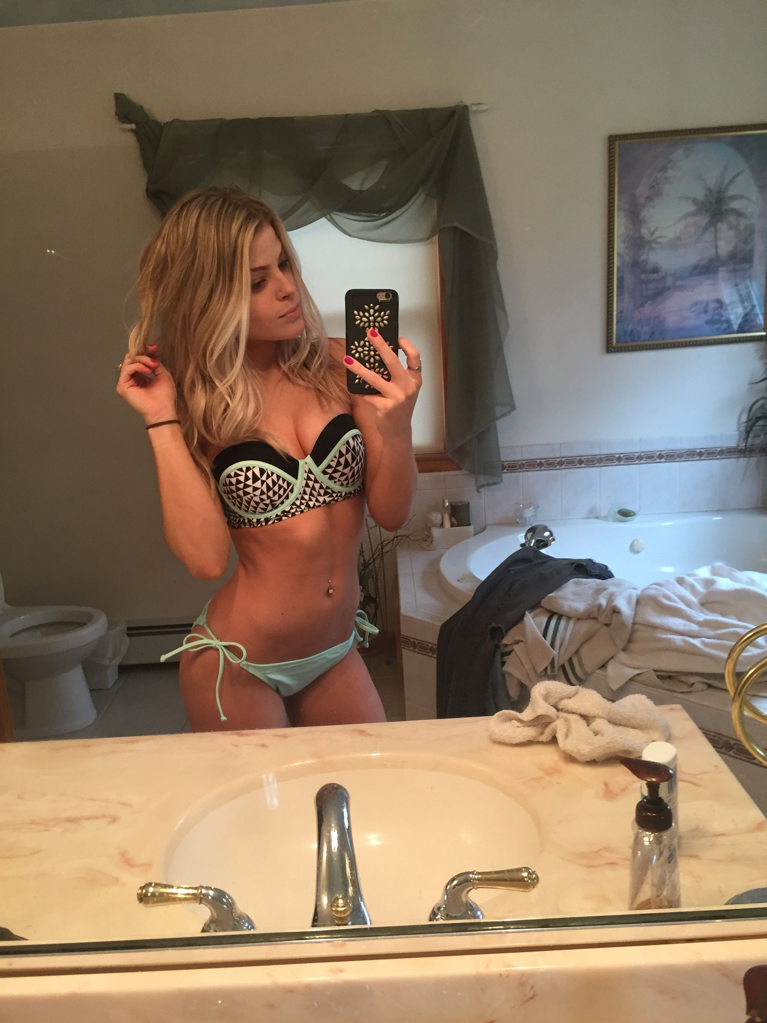 Valerie Pac Leaked Photos, Booty and Cleavage