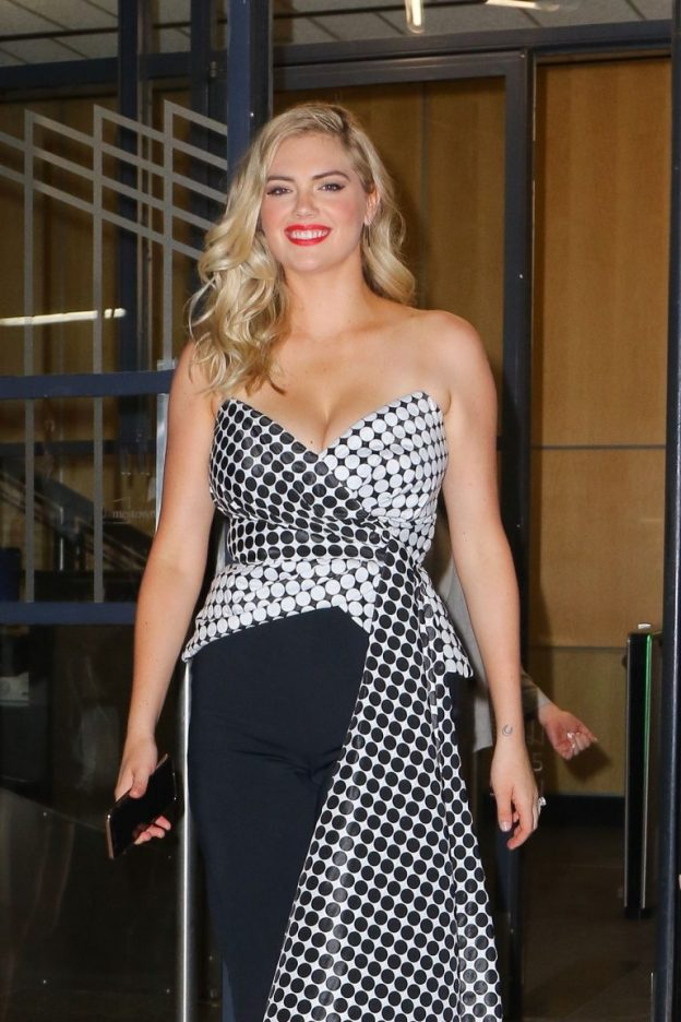Kate Upton Sexy Cleavage Pictures