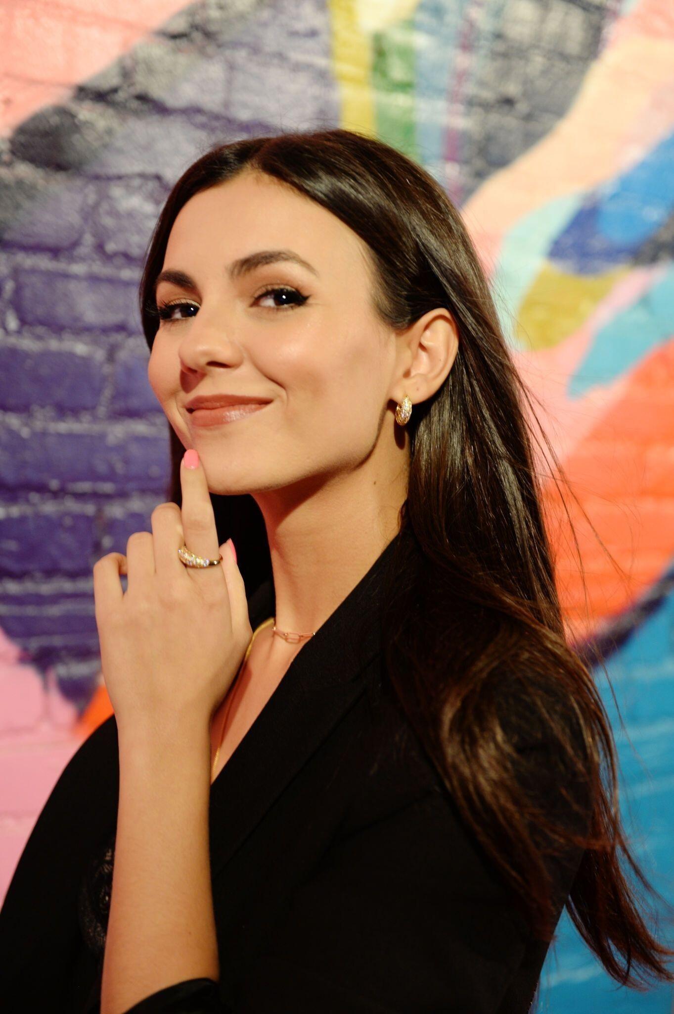 Victoria Justice Sexy Pictures, Silk Bra