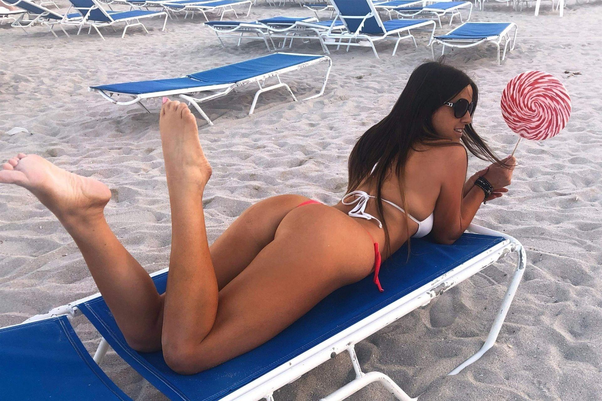 Claudia Romani Bikini Pics, Curves