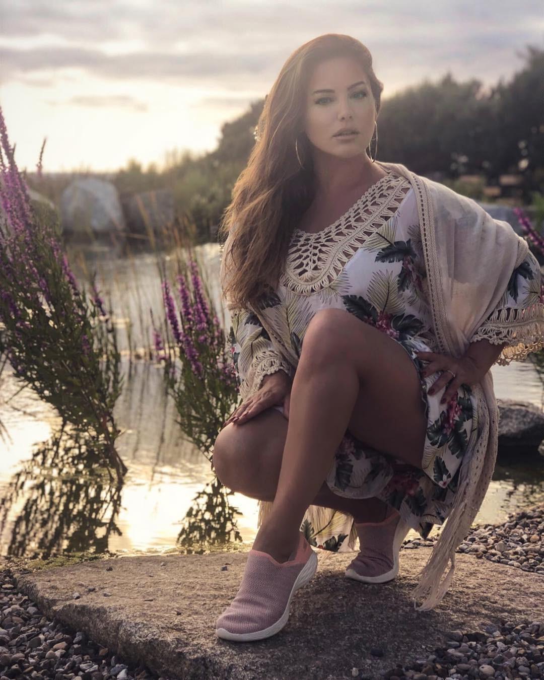 Kelly Brook Photoshoot Pics, Long Legs